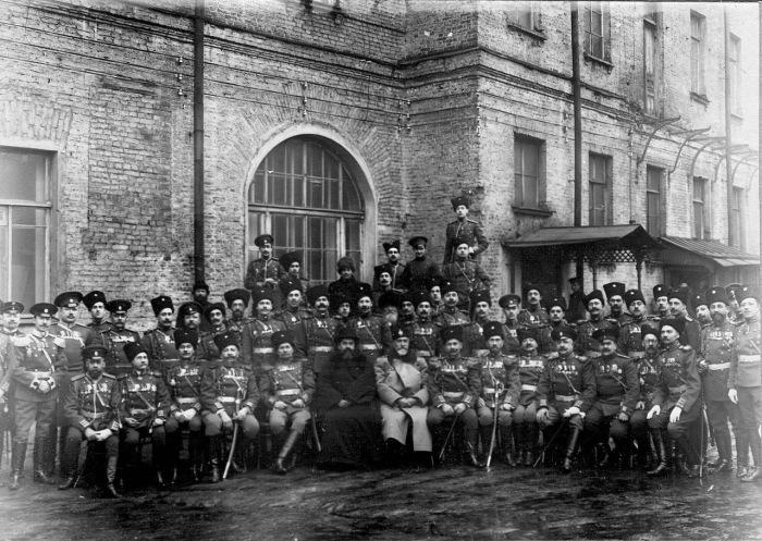 Заведующий корпусом полковник Носов Александр Дмитриевич с группой личного состава корпуса возле учебного помещения.