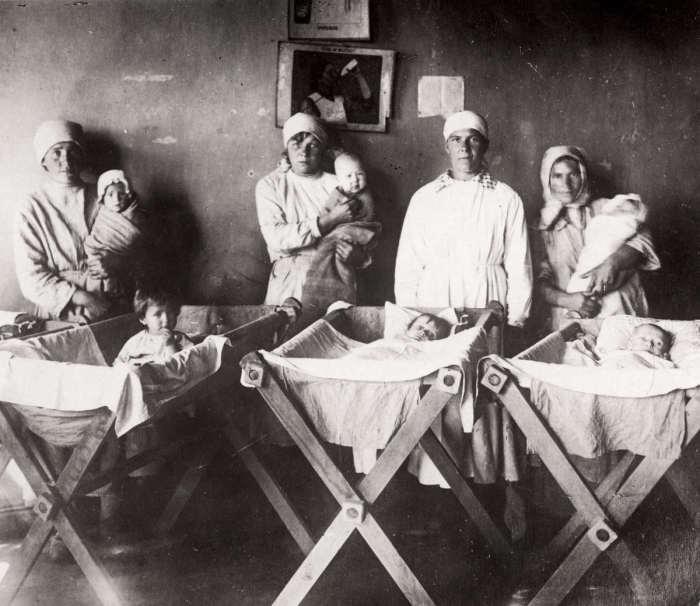 Специальное учреждения, созданные для помощи маленьким детям в голодающих деревнях. СССР, 1922 год.
