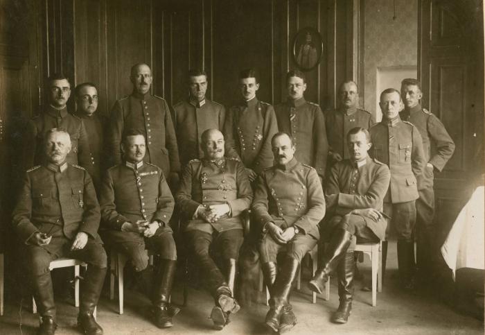 Его Превосходительство, командующий оккупационным корпусом генерал от кавалерии Карл Кнёрцер со своим штабом.
