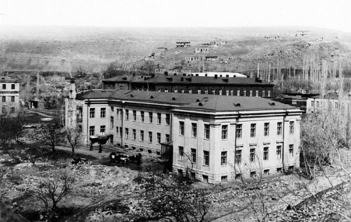 Больница в Ереване в 1930 году. Состояла из родильного отделения и школы для акушерок. Было построено под руководством Александра Таманяна.