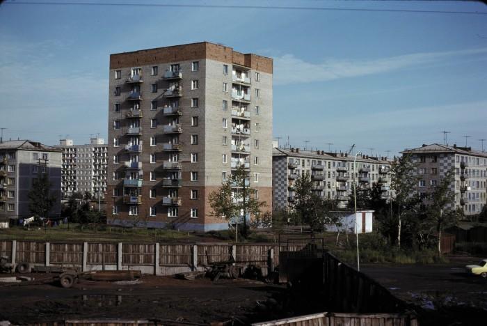 Типичные жилые дома в городе. СССР, Омск, 1979 год.