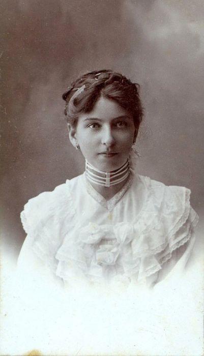 Девушка в белом платье с оборками и вышивкой.