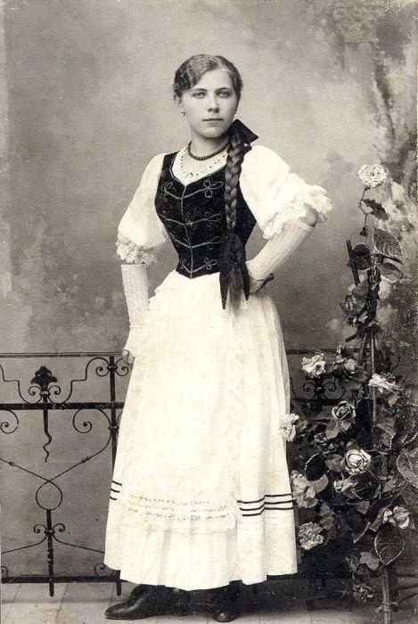 Молодая девушка в национальном костюме.