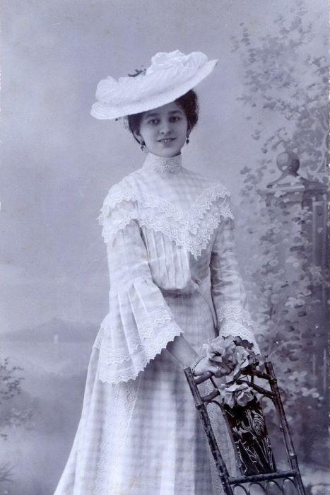 Молодая дама в оригинальном свободном платье.
