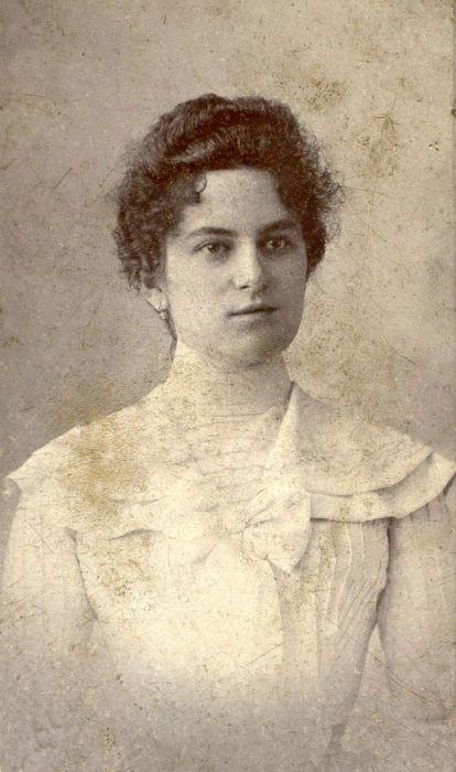 Портрет венгерской девушки, сделанный в начале 1900-х годов.