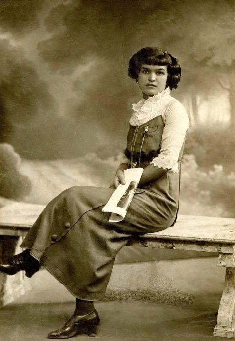 Блузка с кружевами дополняет изысканный стиль девушки.