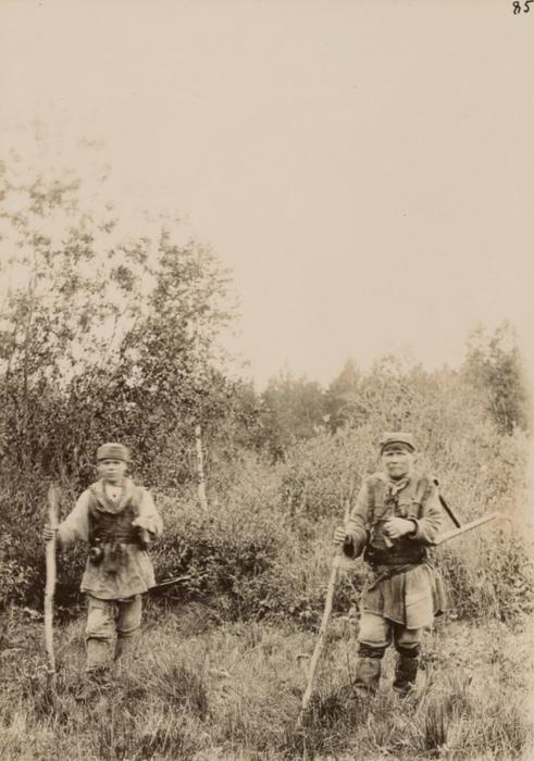 Местные охотники, добывающие пропитание своим семьям.
