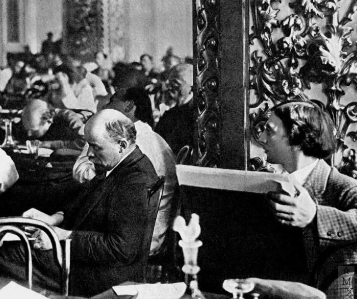 Владимир Ильич Ленин на III конгрессе Коминтерна, справа Иоаким Иоакимович Бродский.