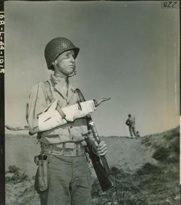Капрал армии США демонстрирует принцип наложения шины. Калифорния, 27 марта 1944 года.