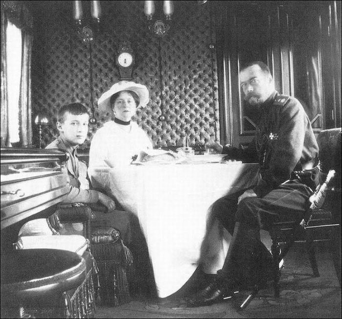 Николай II, императрица Александра Федоровна и цесаревич Алексей в императорском вагоне. Россия, 1916 год.