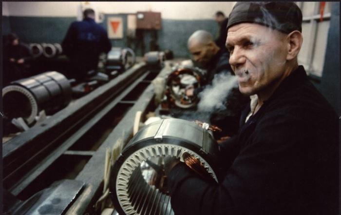 Работающий за станком заключенный в колонии во Владимире. СССР, 1990 год.
