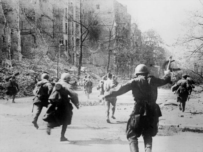Солдаты преследующие отступающего врага. Берлин, апрель 1945 года.