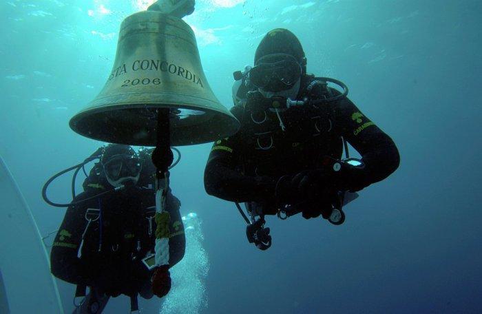 Аквалангисты, проплывающие возле судового колокола на палубе Costa Concordia. 16 января 2012. | Фото: loveopium.ru.