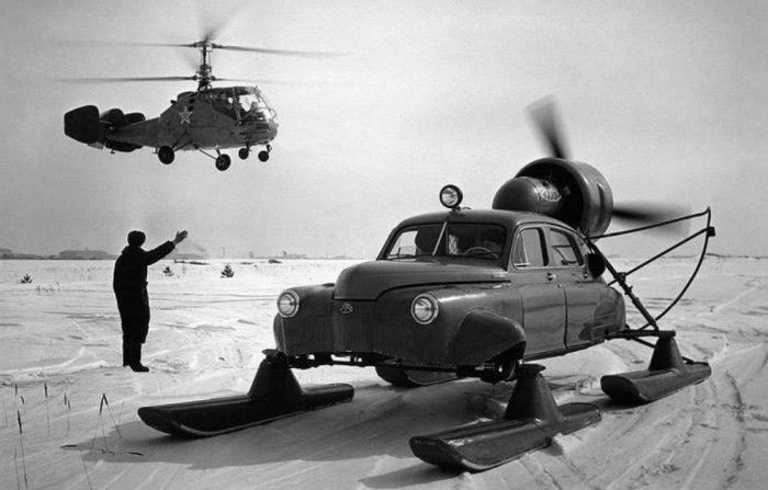 Аэросани Север-2 на базе автомобиля ГАЗ–М–20 и вертолет Ка–15. Тушино, 1959 год.