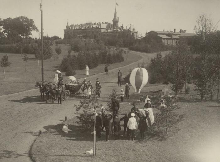 В парке у Беловежского дворца в 1900 году.