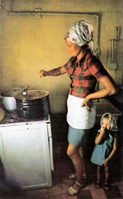Женщина, готовящая уху на кухне. СССР, Москва, 1970 год.