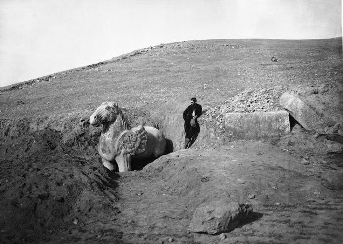Крылатый конь в гробнице императора Гао-цзуна.   Эпоха Тан, 683 год.