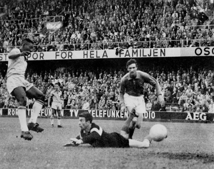 Пеле забивает первый из трёх голов 24 июня.