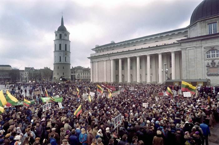 Литовцы во время демонстрации в центре Вильнюса требуют выхода из состава Советского Союза. 10 января 1990 года.