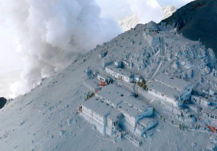 Японские военные и пожарные проводящие спасательную операцию после извержения вулкана Онтакэ.