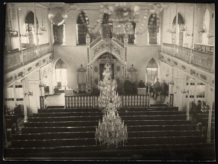 Осмотр помещения Еврейской хоральной синагоги, для создания рабочего клуба. Город Николаев, 1920 год.