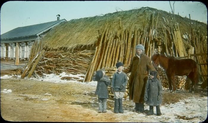 Джон Рейхилл с детьми в маленькой сибирской деревушке.