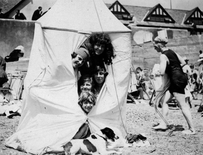 Дети в палатке на пляже в городе Клактон. Англия, 1912 год.