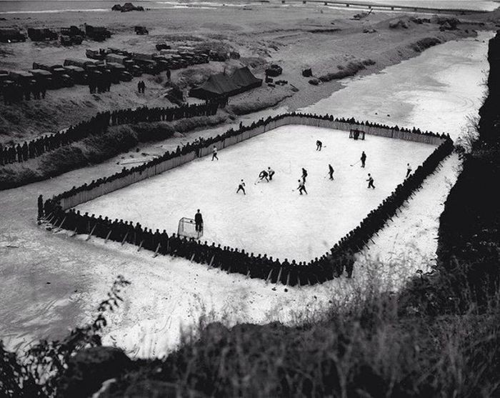 Импровизированная хоккейная площадка в Корее, 1952 год.
