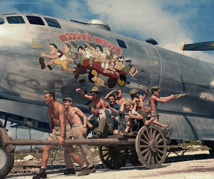 Союзники позируют на фоне карикатуры на борту B-29, 1944 год.