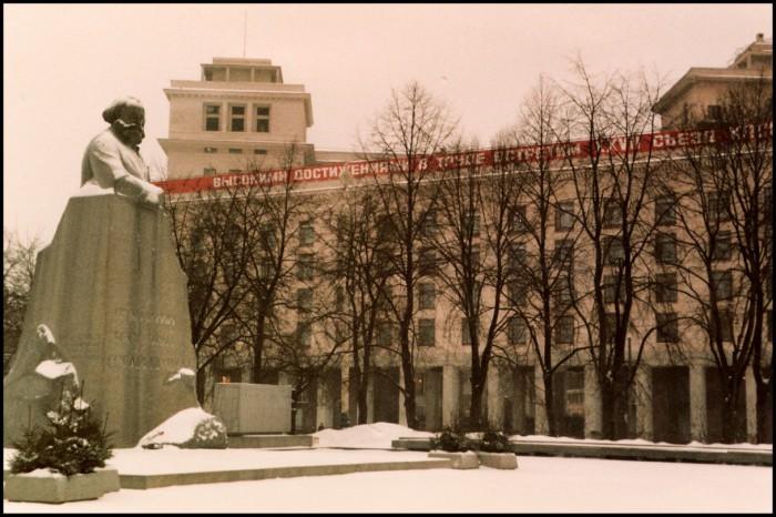 Скульптурный монумент, установленный в честь основоположника марксизма. СССР, Москва, 1985 год.
