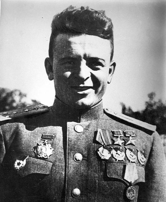 Карпов Александр Терентьевич - командир эскадрильи 123-го/27-го Выборгского гвардейского истребительного авиационного полка 2-го Ленинградского гвардейского истребительного корпуса ПВО, самый результативный летчик ПВО и единственный среди них дважды Герой Советского Союза. Совершив 456 боевых вылетов, проведя 97 воздушных боев, Карпов сбил лично 28 самолетов противника и 8 в групповых боях. Погиб 20 октября 1944 года во время выполнения боевого задания.