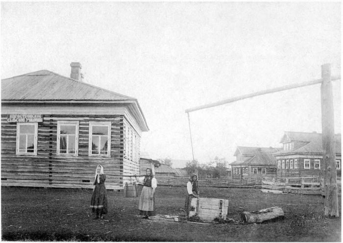 Женщины, набирающие воду. Архангельская губерния, Архангельский уезд, Кегостров, 1910 год.