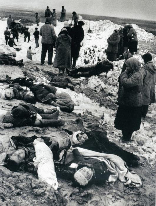 Похороны расстрелянных мирных жителей. Керчь, 1942 год.