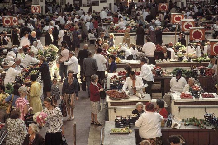 Крупный крытый рынок, расположенный в центре Киева на Бессарабской площади. СССР, Киев, 1988 год.