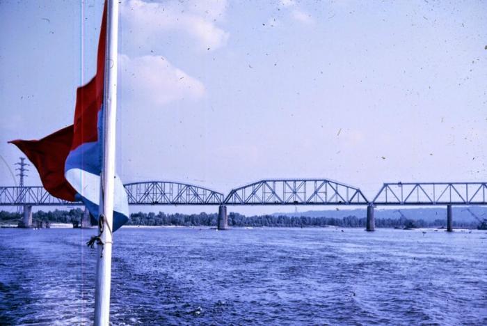 Мост через Днепр - фотография, сделанная во время прогулки по Днепру. Киев, 1968 год.