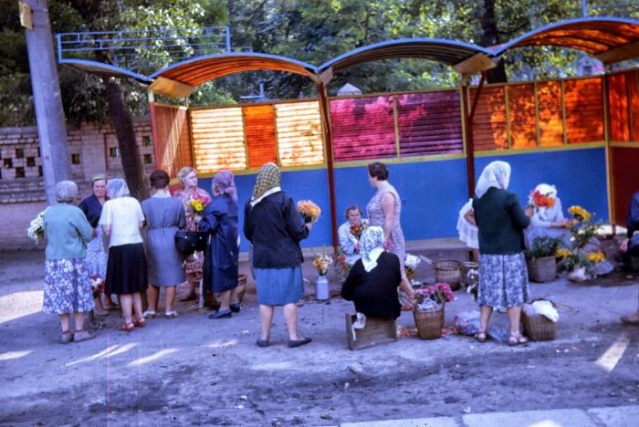 Торговля цветами на улице. Киев, 1968 год.