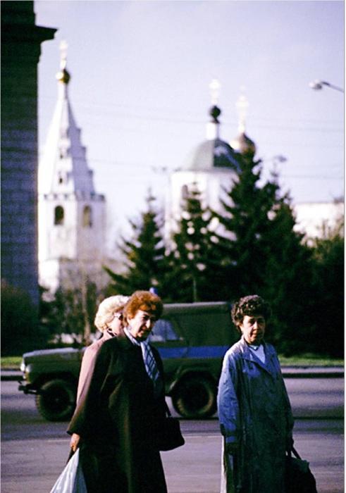Женщины, переходящие дорогу на площади Кирова. СССР, Иркутск, 1988 год.