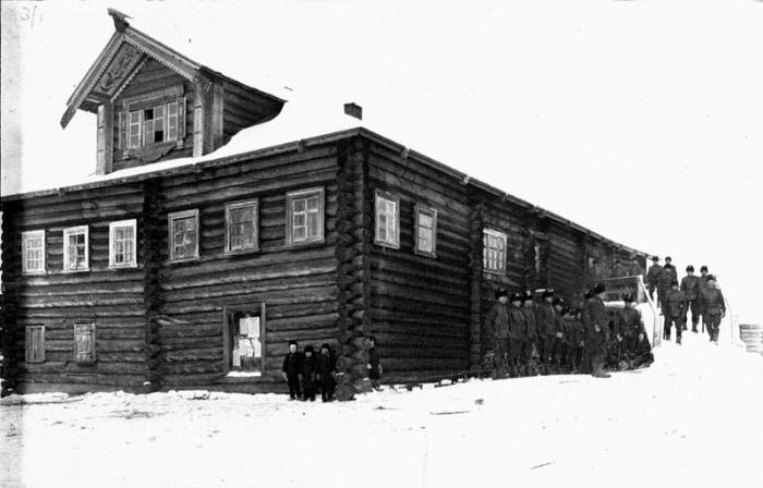 Американцы, строящие перед домом, в котором устроена казарма.