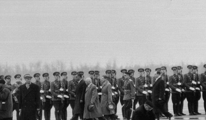 Климент Ворошилов и Насер обходят в аэропорту почетный караул. СССР, Москва, 1958 год.