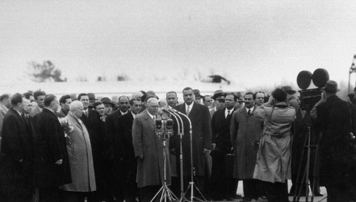 Климент Ворошилов выступает в аэропорту после прибытия высокого гостя. СССР, Москва, 1958 год.
