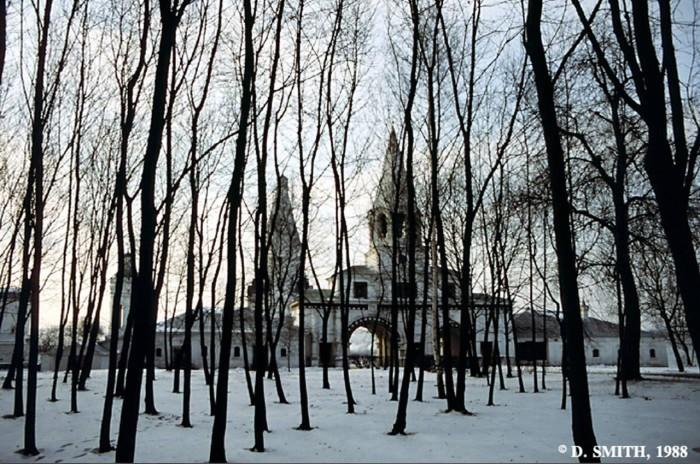 Входные врата с колокольней, ведущие к музею под открытым небом. СССР, Москва, 1988 год.