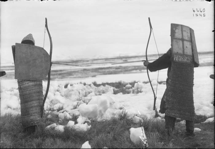 Коряки в броне, с луками и стрелами. Сибирь, 1901 год.