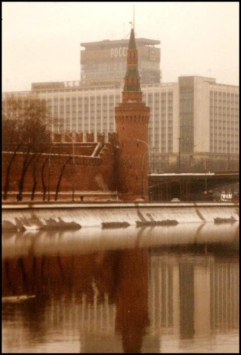 Кремлевская башня и гостиница Россия. СССР, Москва, 1985 год.
