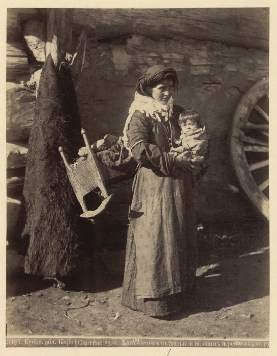 Женщина с ребенком. Кубанская область, Карачаевка, 1890 год.