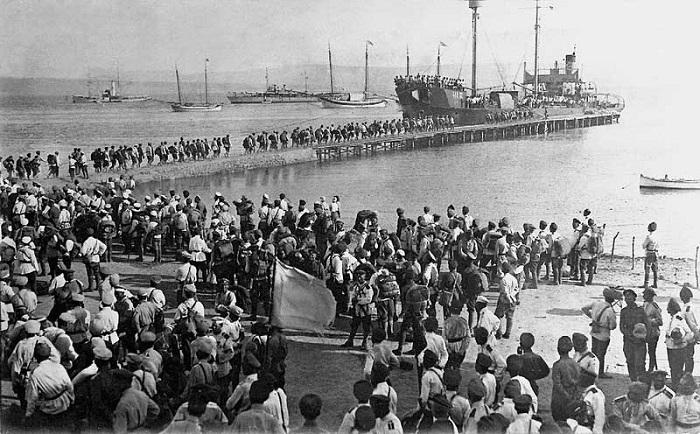 Посадка первой группы людей на пароход. Галлиполи, 1920 год.