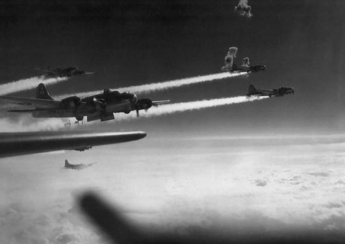 Разрывы зенитных снарядов рядом с бомбардировщиками В-17 над Австрией.