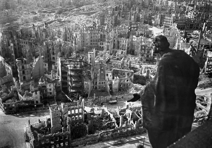 Вид с крыши дрезденской ратуши после бомбардировки города авиацией Союзников.