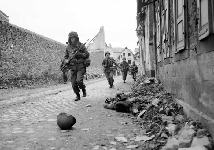 Солдаты 3-й армии США в Кобленце. Германия, 18 марта 1945 года.