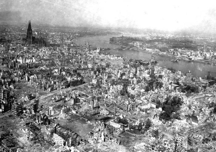 Кельнский собор в центре разрушенного города.