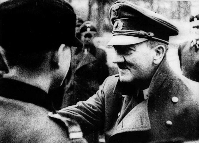 Адольф Гитлер награждает членов молодёжной нацистской организации Гитлерюгенд.